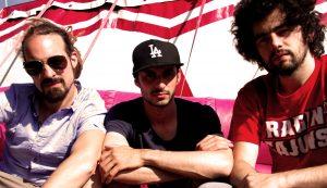 Trois garciers pour un son à la frontière entre la musique bretonne à danser et le hip-hop.